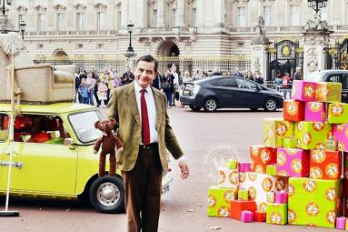 Mr Bean Celebrates 25 years at Buckingham Palace, London},{Mr Bean Celebrates 25 years at Buckingham Palace, London